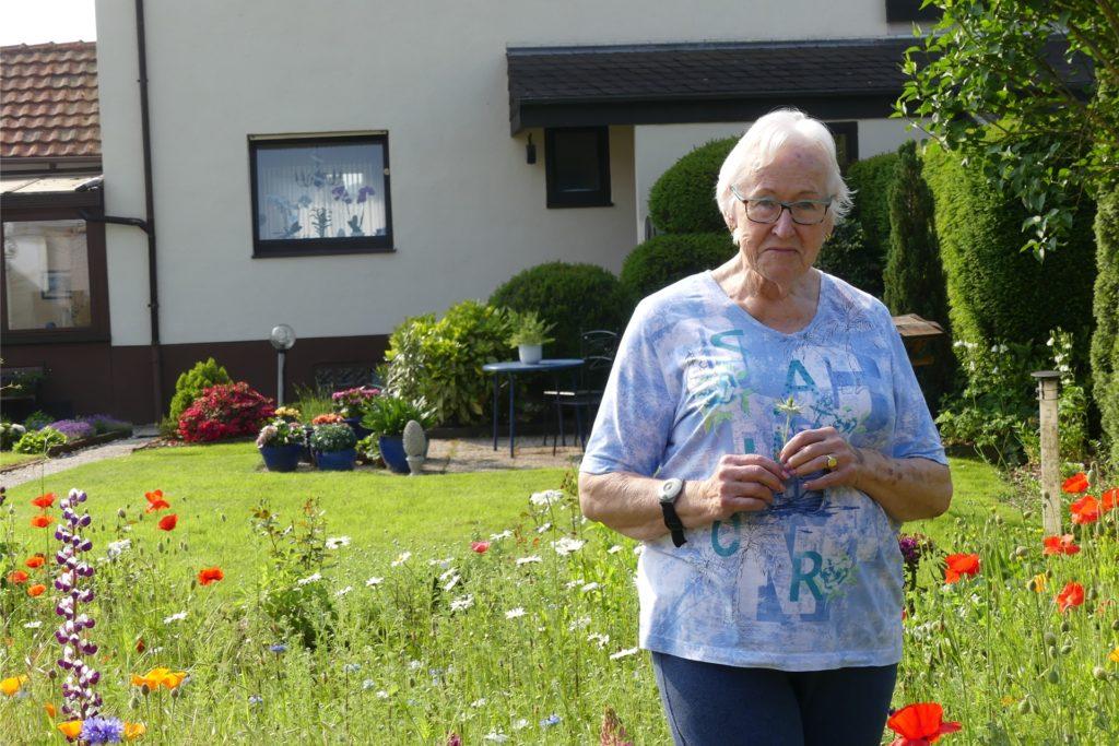 Irmgard Fulfs freut sich über ihren Garten.