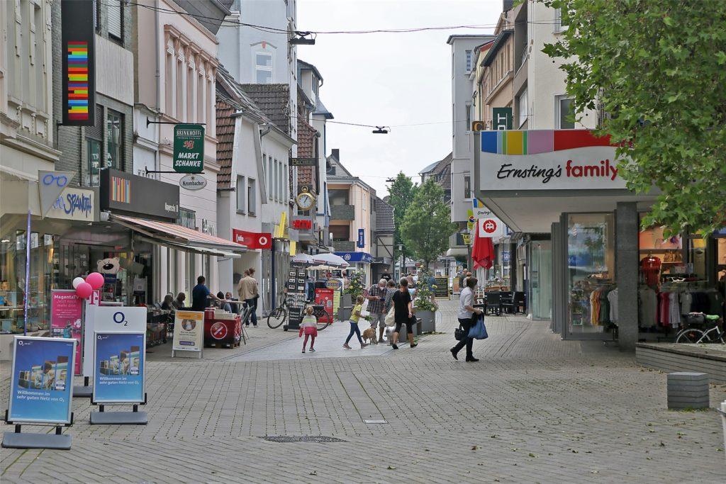 Einkaufen oder ein Eis essen: Die Menschen in Kamen kehren in die Stadt zurück.