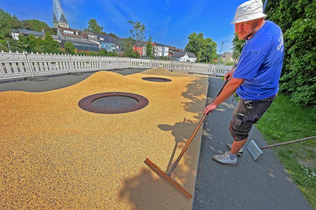 Alexander Petrov und die neue Oberfläche auf dem Spielplatz.