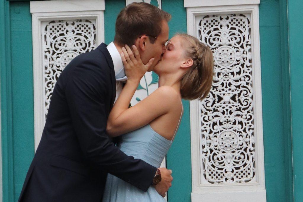 Der erste Kuss als Ehepaar: Kyra und Marcel Haumann gaben sich im Standesamt Unna das Eheversprechen.