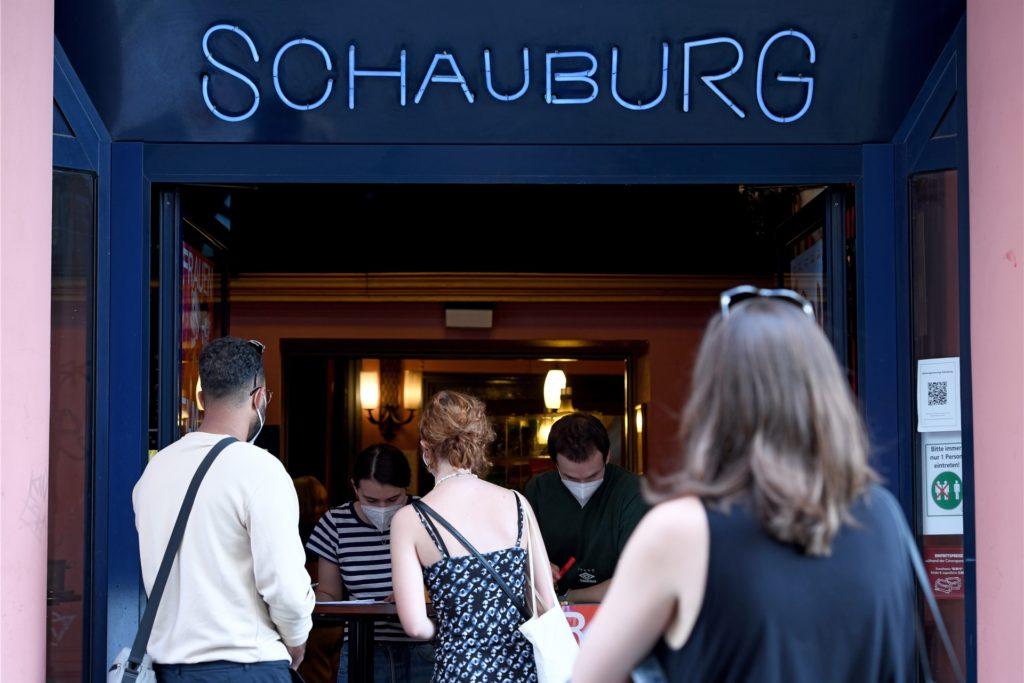 Zuschauer kommen zum Schauburg Kino, um einen Kinofilm im Rahmen des Internationalen Frauenfilmfest zu schauen. Die Mehrheit der Kinos öffnet erst zum 01. Juli wieder, die Schauburg gehört damit zu den ersten Kinos, in dem wieder Filmvorstellungen vor Publikum gemacht werden.