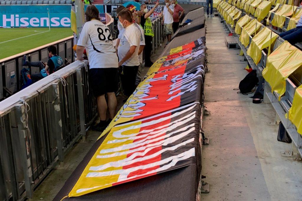 In der München Arena war Corona-bedingt viel Platz, sodass die Deutschland-Fahnen über die Stühle gelegt werden konnten.