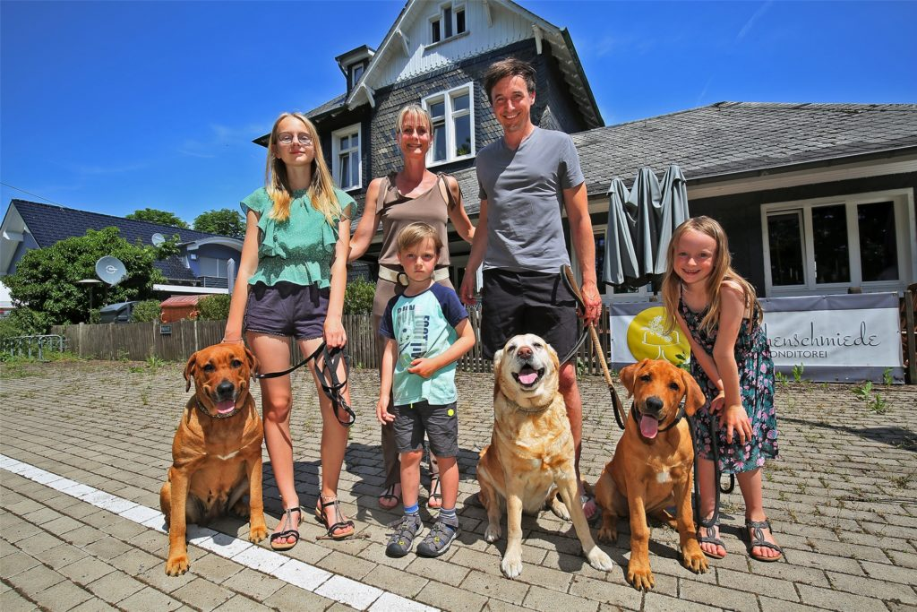 Gruppenbild am Bahnsteig: Gleich hinter ihrer Veranda kann Familie Becker den Zügen der Regionalbahn zuwinken (v.l.): Emma, Katrin, Sam, Tobi und Tilda sowie die drei Familienhunde.