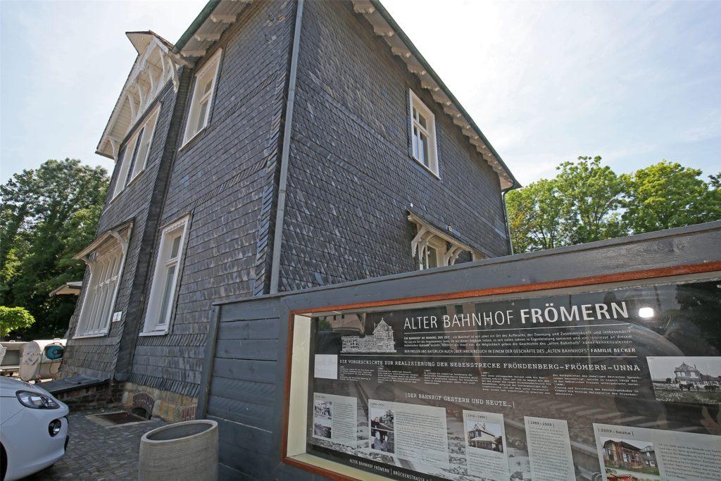 Die Historie der denkmalgeschützten Immobilie erläutern Beckers vor dem alten Bahnhof in einem Schaukasten.