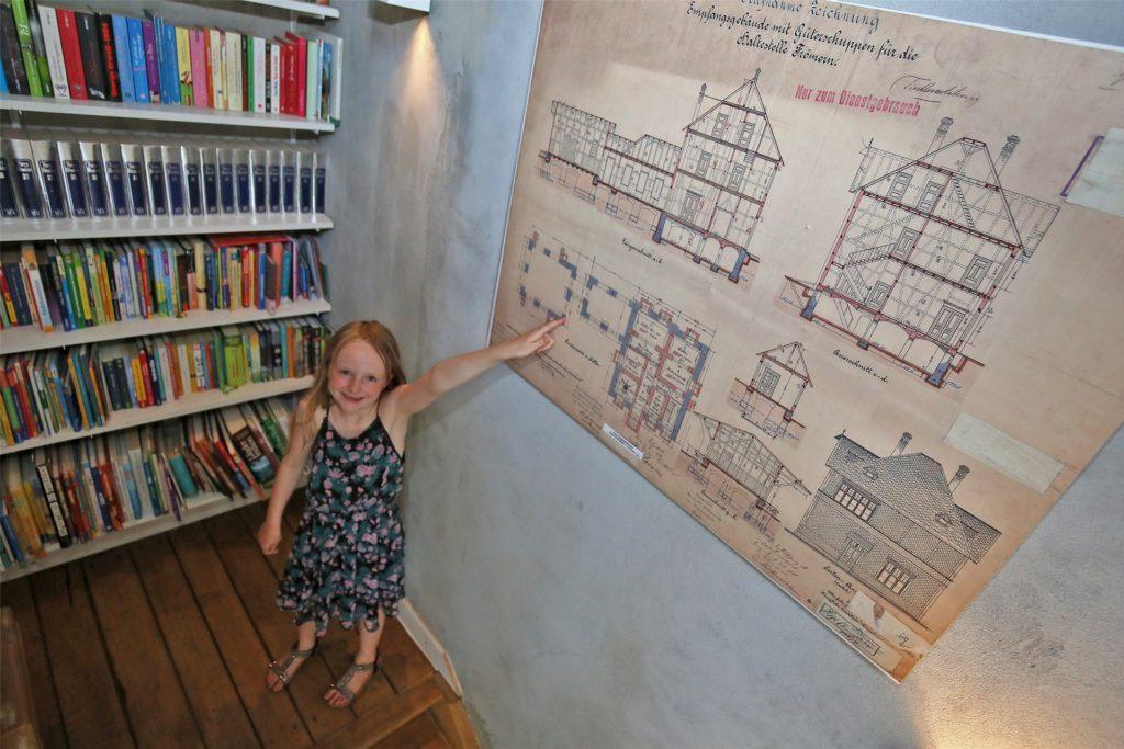 Tilda muss sich ganz schön strecken: Die originalen Baupläne hängen im historischen Holztreppenhaus, das Beckers restaurierten.
