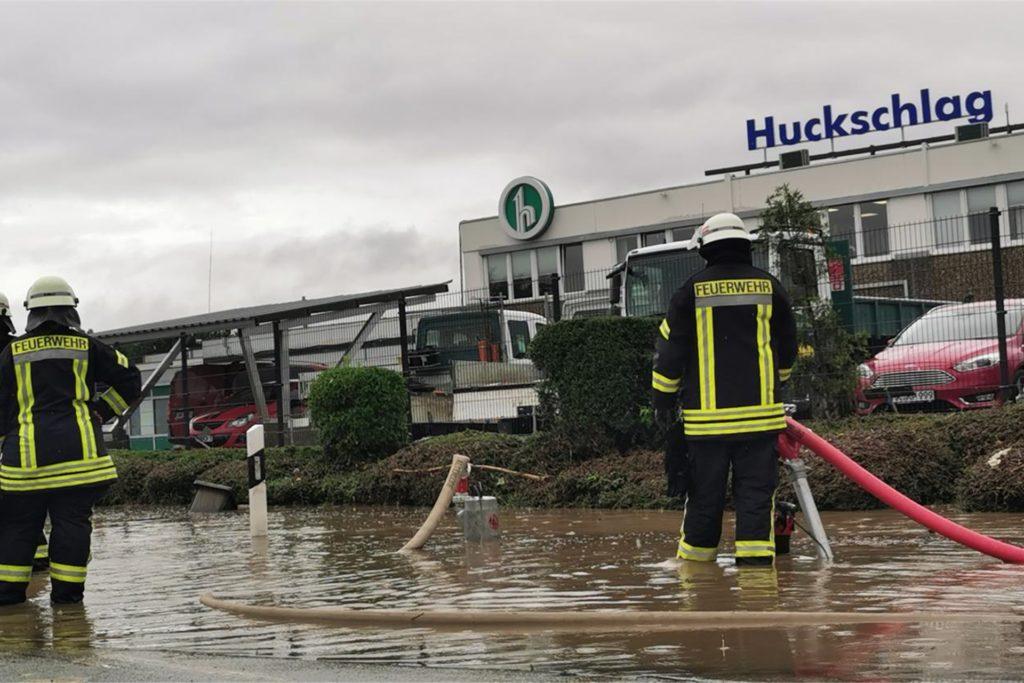 Feuerwehrkräfte aus Selm sind auf dem Betriebsgelände der Firma Huckschlag in Fröndenberg im Einsatz.