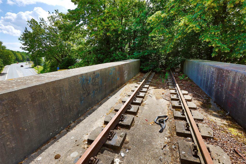 Schienen auf der Brücke, die über die Heerener Straße führt. Von der Straße aus  sind sie nicht zu sehen.