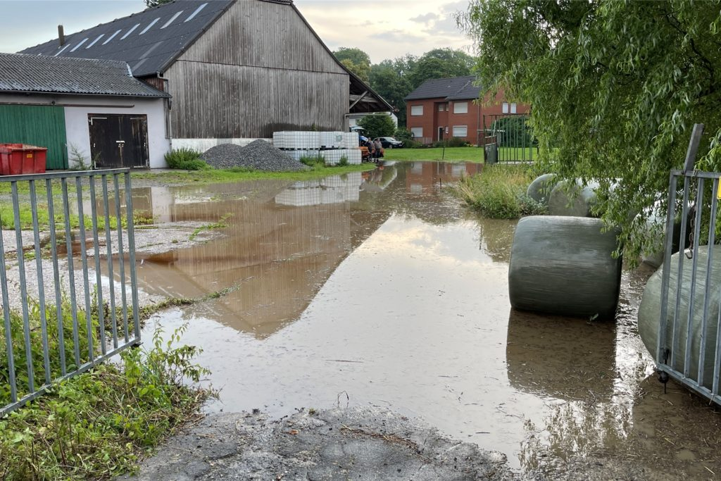 Ein Teich hat sich vor einem Bauernhof gebildet.
