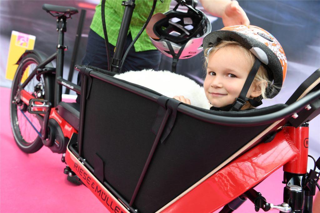 Auch Kinder können mitfahren – es gibt entsprechende Auf und Einsätze für den sicheren Transport.
