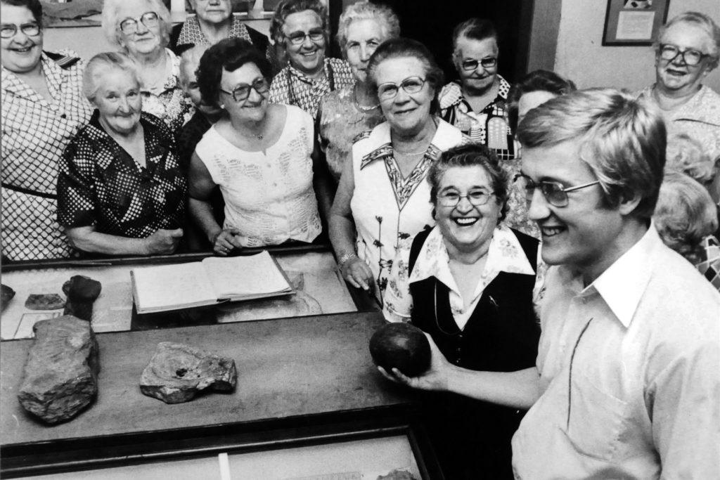 Der damalige Museumsleiter Gerhard Hallen führte die Teilnehmer des Ökumenischen Seniorenkreises 1978 durch das Ruhrtalmuseum.