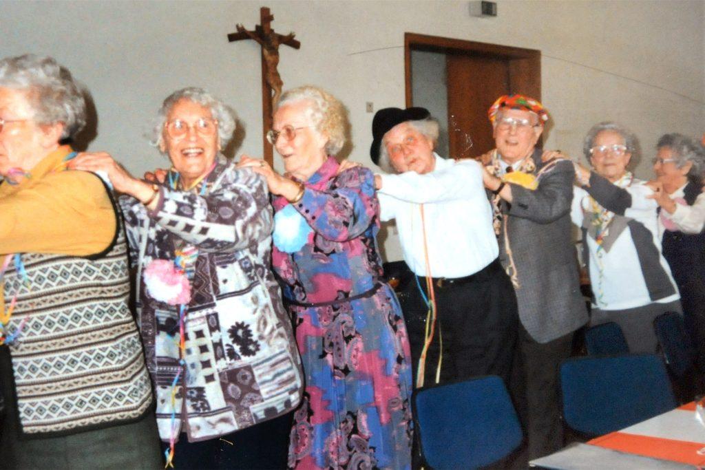 Hoch her ging es immer bei den Karnevalsfeiern des Ökumenischen Seniorenkreises, hier bei einer Polonäse durch den großen Saal des Pfarrheims St. Marien.