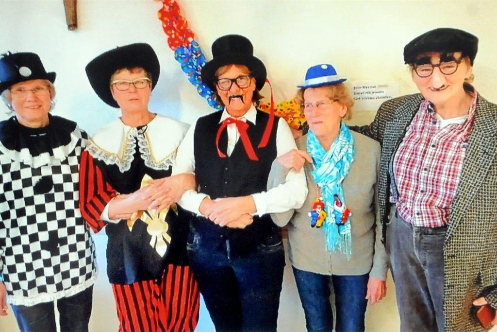 Karnevalistisch verkleidete sich das Leitungsteam (v.l.) Doris Kluge, Hildegard Schuster, Maria Tebroke, Margot Lotte und Christel Ibert im Jahre 2018.