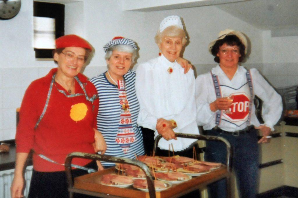 Die Gründerinnen des Ökumenischen Seniorenkreises, Marlies Wilkes (2.v.l.) und Margarete Göckmann (3.v.l.) bereiteten 1987 in Kostümen zusammen mit Maria Reinecke (l.) und Heidi Stappert (r.) die Karnevalsfeier vor.