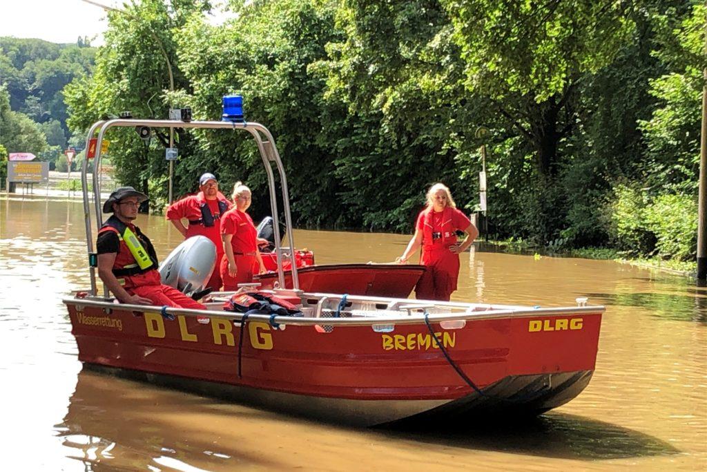 Mit Booten fahren DLRG-Mitglieder hinaus, um Anwohner aus ihren Häusern zu befreien.