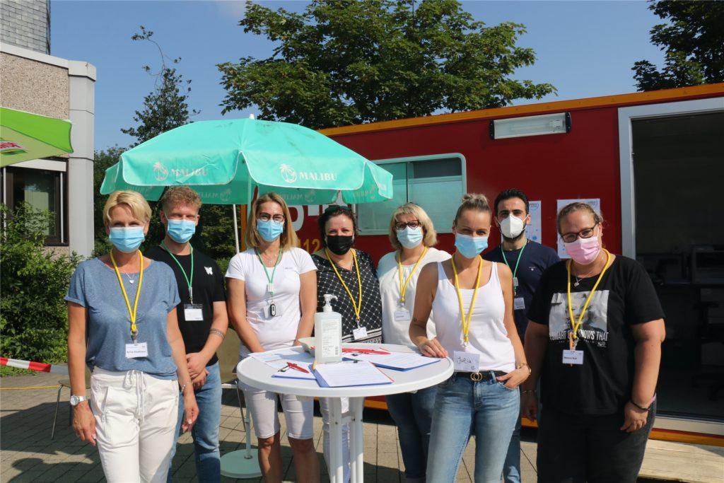 Das Team um Koordinatorin Claudia Burger-Sassen (3.v.l.) kümmert sich um einen schnellen und reibungslosen Ablauf der Impfungen vor dem Stadthaus.