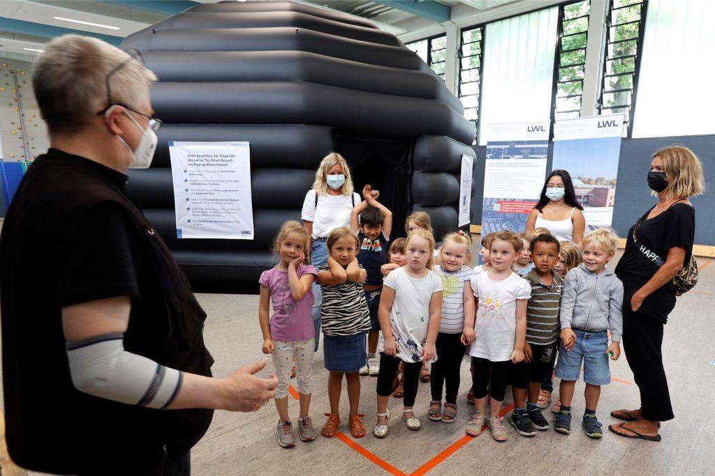 Besuch im Pop-up-Planetarium: Peter Puschmann begrüßt Kinder aus dem evangelischen Familienzentrum Methler und ihre Erzieherinnen.