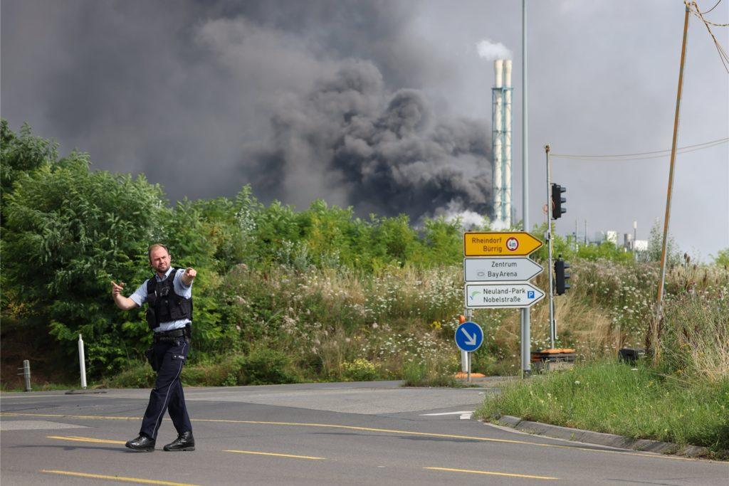 Nach einer Explosion seien Feuerwehr, Rettungskräfte und Polizei aktuell im Großeinsatz, erklärte die Polizei. Wegen der Schadenslage ist die viel befahrende Autobahn A1 bei Leverkusen gesperrt worden.