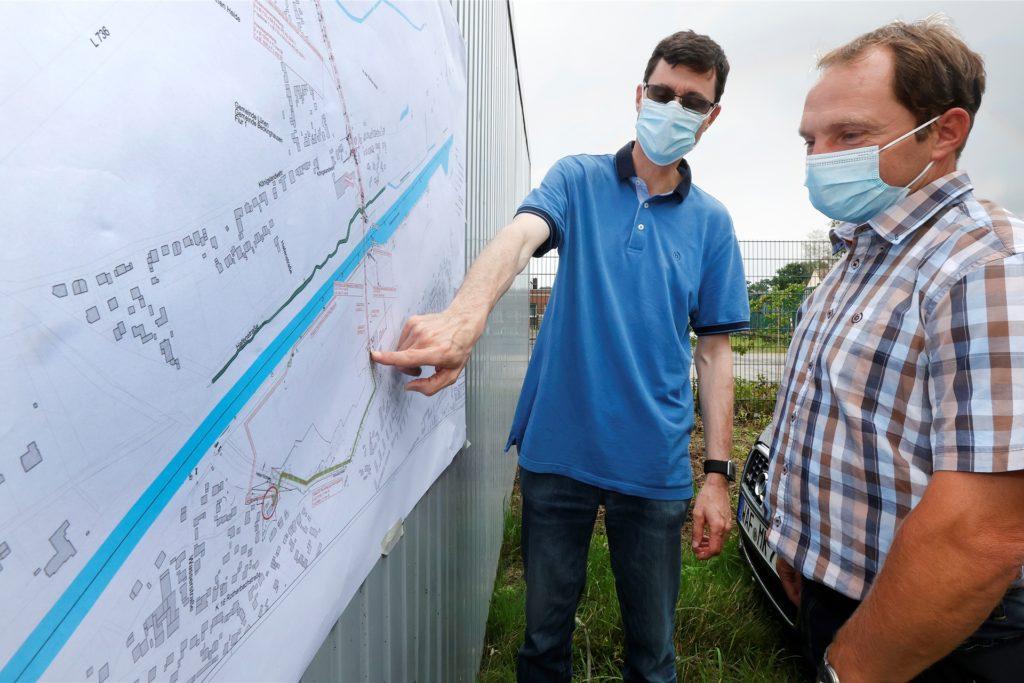 Projektleiter Dirk Weischenberg und Andreas Lissner von der RAG erläutern den Verlauf der Leitungstrasse, die vom Haus-Aden-Gelände unter dem Kanal hindurch bis fast zur Hammer Straße verläuft.