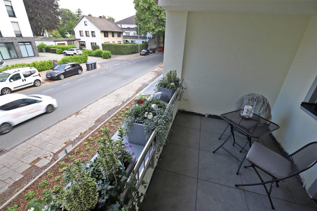 Auf diesem Balkon würden die neuen Bewohner gern frühstücken oder andere gemütliche Stunden verbringen. Der Verkehrslärm aber macht das unmöglich.