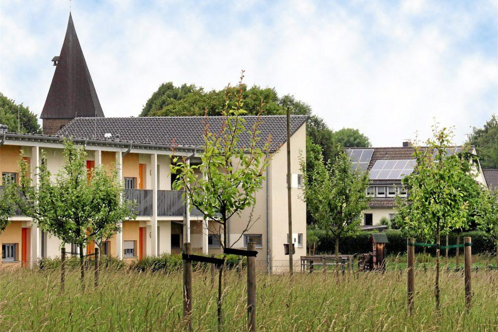 Blick auf das alte Dorf mit der Margaretenkirche – mit Streuobstwiese und Seniorenwohnungen am Pastoratsfeld.