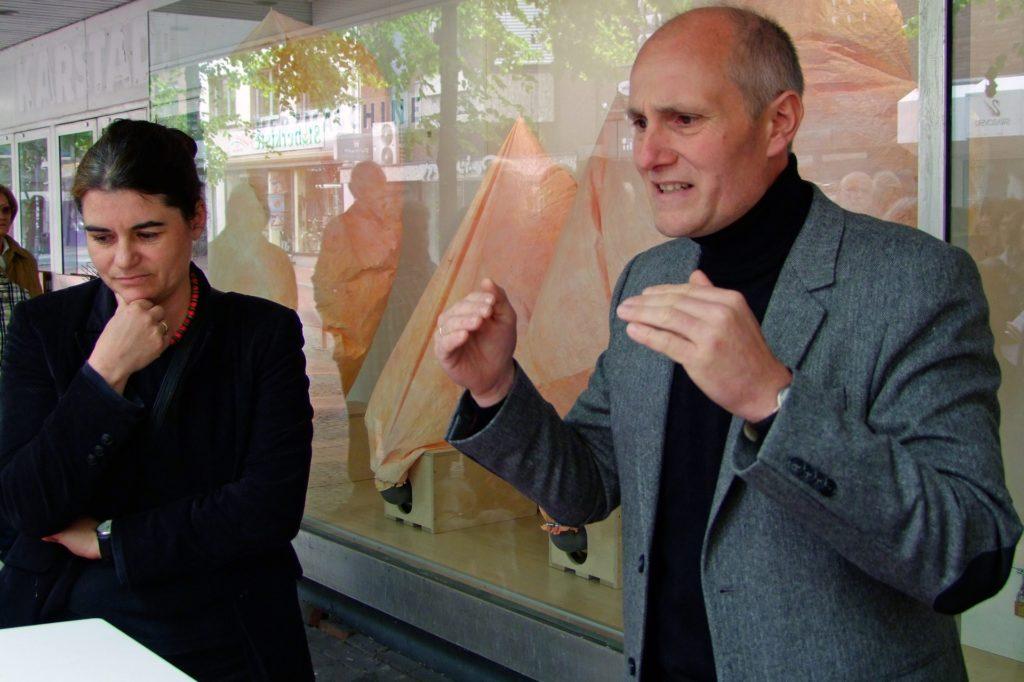 Catharina und Dieter Wagner bei einer Kunstaktion im damals leer stehenden Hertie-Kaufhaus.