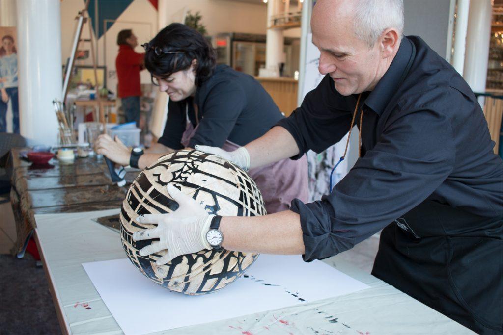 Catharina und Dieter Wagner bei einer weiteren Kunstaktion, bei der sie  Kunstwerke mit ihrer selbst geschnitzten Holzkugel schufen.