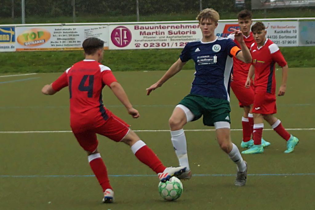 Kapitän Nick Adamski (Mitte) und der Holzwickeder SC setzten sich am Sonntag eindrucksvoll mit 10:1 gegen den SVE Heessen durch.