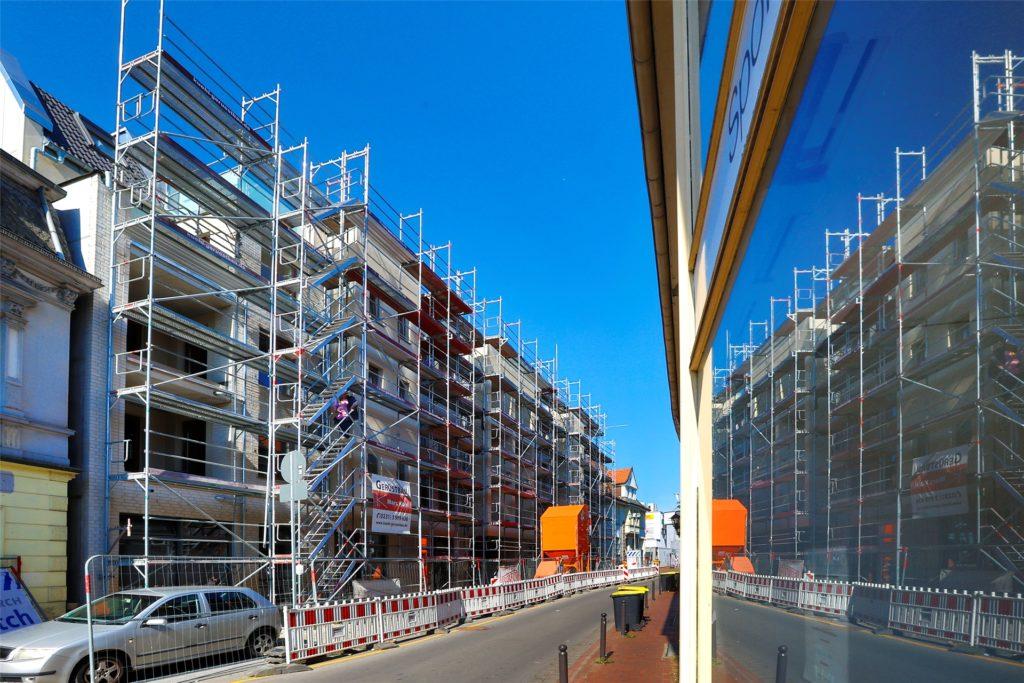Die Villa Möcking spiegelt sich in der Scheibe eines gegenüberliegenden Ladenlokals. Der Investor erhofft sich Impulse für die Straße, an der es zurzeit viele Leerstände gibt.