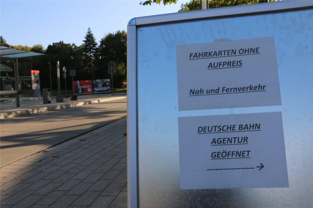 Auf dem schmucklosen Aufsteller vor dem Bahnhofsgebäude in Kamen ist nachzulesen, dass die Ticket-Agentur der Deutschen Bahn geöffnet hat. Das hat sich noch nicht überall herumgesprochen.