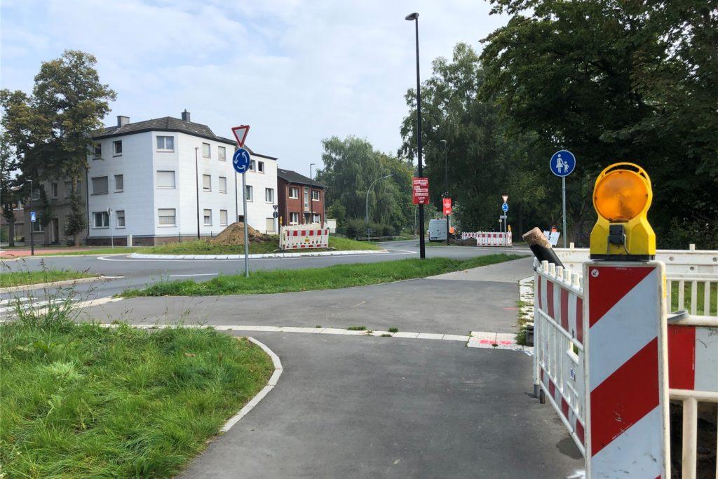 Absperrungen sind am Freitagmorgen (17. September) auf den Fußwegen an der Ecke Münsterstraße/Burgstraße in Werne zu sehen.