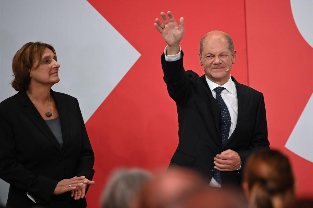 Olaf Scholz, Finanzminister und SPD-Kanzlerkandidat, winkt neben seiner Frau Britta Ernst während der Wahlparty im Willy-Brandt-Haus.